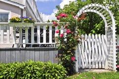 Supporto conico bianco in un giardino immagini stock libere da diritti