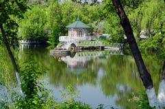 Supporto conico con il ponticello sul fiume, campagna Immagini Stock Libere da Diritti
