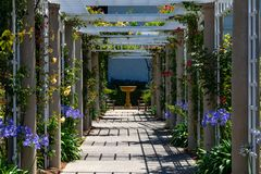 Supporto conico e fontana del giardino immagine stock