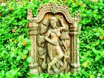 supporto curvante di legno antico di angelo nel giardino floreale della lantana Immagini Stock
