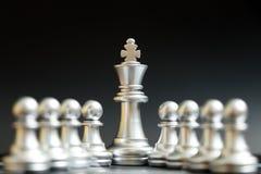 Supporto d'argento del pezzo degli scacchi di re con il pegno fotografia stock libera da diritti
