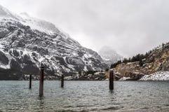 Supporto d'attracco solo della posta nel Glacier National Park ghiacciato del lago fotografia stock