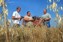 Supporto degli agricoltori nel giacimento di grano Fotografia Stock Libera da Diritti