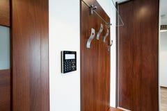 Supporto del cappotto in appartamento moderno Fotografia Stock Libera da Diritti