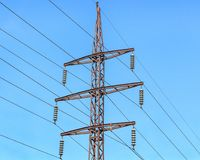 Supporto del metallo delle linee elettriche sopraelevate Fotografie Stock Libere da Diritti