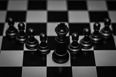 Supporto del pezzo degli scacchi di re davanti al concetto del pegno di direzione, gestione immagine stock libera da diritti