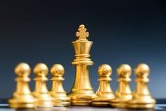Supporto del pezzo degli scacchi di re dell'oro con il pegno immagini stock libere da diritti