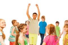 Supporto del ragazzo nella folla con le mani sollevate Fotografie Stock Libere da Diritti
