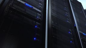 Supporto del server del computer sullo scaffale nella stanza del centro dati con l'allarme d'accensione blu Vista dal basso Video video d archivio