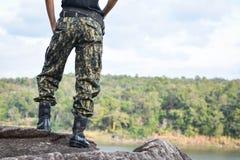 Supporto del soldato sulla roccia Immagine Stock Libera da Diritti