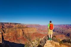 Supporto dell'uomo della viandante sull'orlo del Grand Canyon Fotografia Stock Libera da Diritti