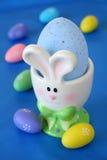 Supporto dell'uovo del coniglietto Fotografia Stock Libera da Diritti