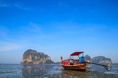 Supporto della barca sulla spiaggia durante la bassa marea con cielo blu fotografia stock