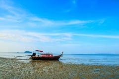 Supporto della barca sulla spiaggia durante la bassa marea con cielo blu immagine stock libera da diritti