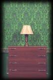 Supporto della lampada nell'interno d'annata verde con la scenetta Fotografia Stock