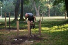 Supporto della mano sulle parallele simmetriche in parco all'aperto Fotografia Stock Libera da Diritti