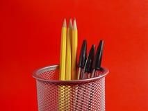 Supporto della matita su colore rosso Fotografia Stock