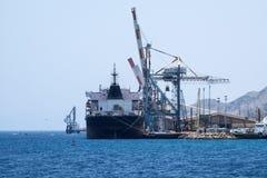 Supporto della nave da carico nel porto di Eilat Immagini Stock