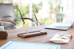 Supporto della penna dell'ufficio, documento sigillato e bollo d'annata immagine stock