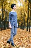 Supporto della ragazza nel parco con gli alberi gialli, stagione di autunno di caduta Fotografia Stock Libera da Diritti