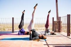 Supporto della spalla nella classe di yoga Fotografia Stock