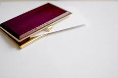 Supporto di biglietto da visita dell'oro e di legno Fotografie Stock Libere da Diritti
