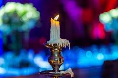 Supporto di candela con la candela bruciante su fondo Fotografia Stock