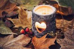 Supporto di candela di legno sulle foglie Immagini Stock