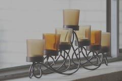 Supporto di candela a file sulla finestra Sil fotografie stock libere da diritti