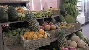 Supporto di frutta variopinto in un ananas locale del mercato, mango, frutto della passione Asia video d archivio