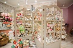Supporto di legno con i ricordi svegli di Natale in un negozio Fotografie Stock Libere da Diritti