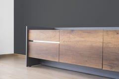 Supporto di legno della TV con il muro di cemento grigio scuro immagine stock libera da diritti