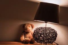 Supporto di notte con l'orsacchiotto e la lampada immagini stock