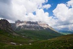 Supporto di Poroi del Sass ad alba con cielo blu e le nuvole, dolomia, Italia Immagini Stock