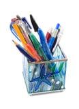 Supporto di vetro della penna con le penne, isolate su bianco Fotografia Stock Libera da Diritti