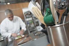 Supporto di Working With Utensil del cuoco unico in priorità alta Immagine Stock
