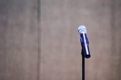 Supporto e microfono su una fase di festival Immagine Stock