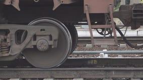Supporto ferroviario arrugginito delle ruote del treno sulle rotaie archivi video