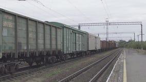 Supporto ferroviario arrugginito delle ruote del treno sulle rotaie stock footage