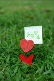 Supporto in forma di cuore della foto sull'erba verde immagine stock libera da diritti