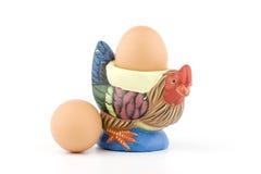 Supporto a forma di dell'uovo del gallo con le uova immagine stock libera da diritti
