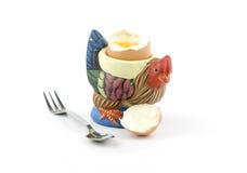 Supporto a forma di dell'uovo del gallo con un uovo fotografia stock