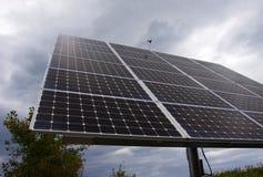 Supporto fotovoltaico di matrice del pannello solare il giorno nuvoloso Immagini Stock