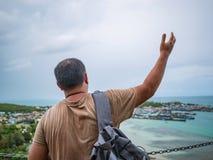 Supporto grasso di viaggiatore con zaino e sacco a pelo di Asisn sopra il supporto di Khao mA Jor PierAsisn Fat Backpacker sopra  fotografia stock