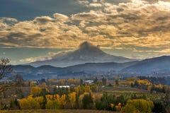 Supporto Hood Over Farmland in Hood River nella caduta Oregon U.S.A. immagini stock libere da diritti