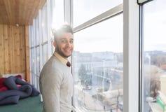 Supporto ispano dell'uomo di affari nell'uomo d'affari di Front Panoramic Window Happy Smiling Immagini Stock Libere da Diritti