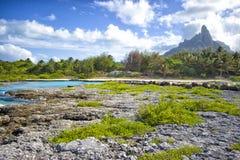 Supporto Otemanu attraverso la laguna e la vegetazione del turchese honeymoon Immagine Stock Libera da Diritti