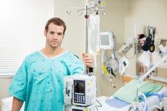 Supporto paziente della tenuta con la borsa del gocciolamento e della macchina Fotografia Stock Libera da Diritti