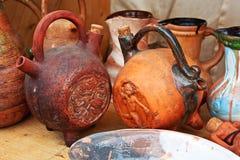 Supporto piega delle brocche dell'argilla su uno scaffale Fatto a mano rurale, mestiere, ceramica, lanciatori etnici e pieghi Immagini Stock