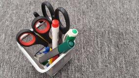 Supporto in pieno delle penne e matita e forbici Fotografie Stock Libere da Diritti